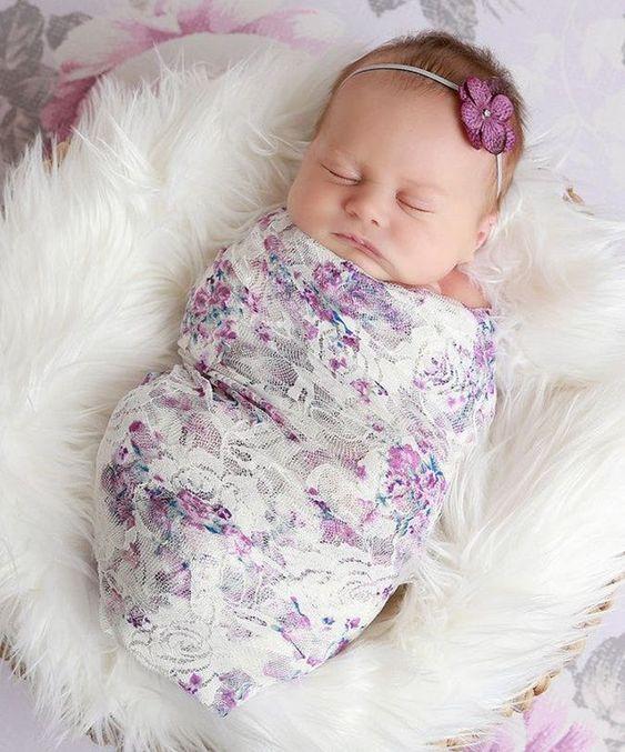 عکس نوزاد دختر با تل داخل سبد نوزاد