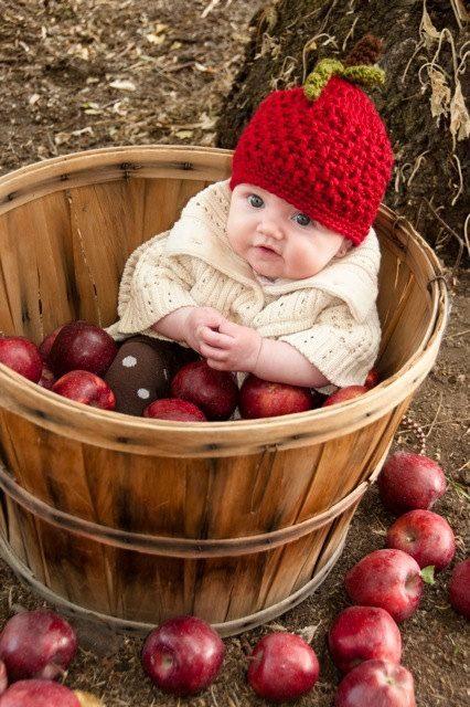 عکس نوزاد دختر داخل سبد میوه