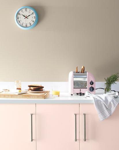 تصویری از آشپزخانه طراحی شده با رنگ سال 2020 : صورتی روشن