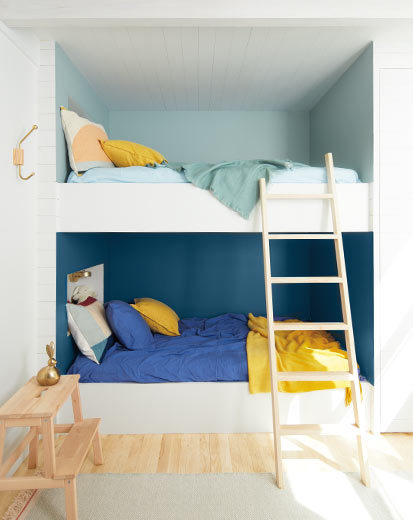 تصویر اتاق خواب کودک طراحی شده بارنگ آبی تیره و سفید ، رنگ سال 2020