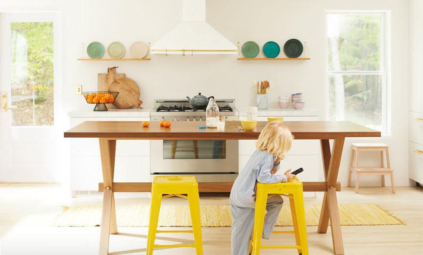 تصویری از آشپزخانه طراحی شده با رنگ سال 2020 : زرد با سفید