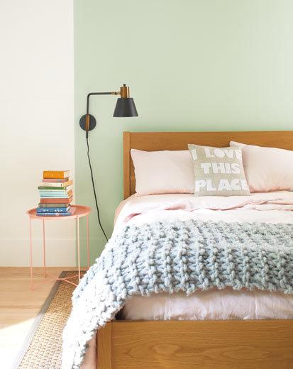 تصویری از اتاق خواب طراحی شده با رنگ سال 2020 : سبز روشن