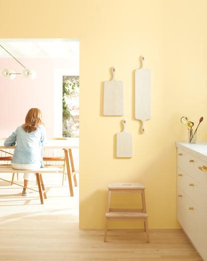 تصویری از آشپزخانه طراحی شده با رنگ سال 2020 : زرد روشن با سفید