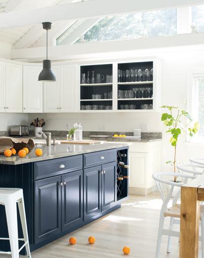 تصویری از آشپزخانه طراحی شده با رنگ سال 2020 : آبی و سفید