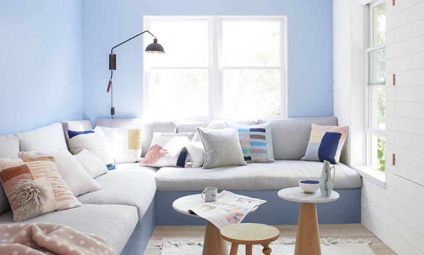 تصویری از اتاق نشیمن طراحی شده با رنگ سال 2020 : آبی و سفید