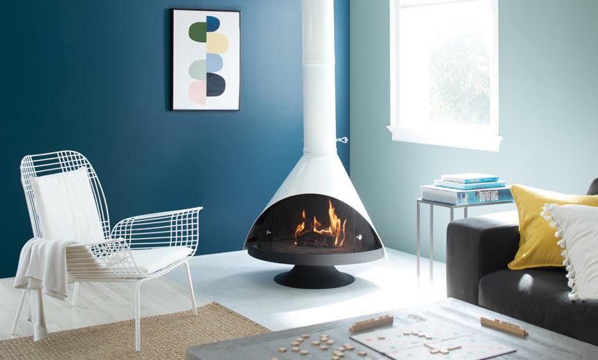 تصویر اتاق نشیمن طراحی شده بارنگ آبی تیره و سفید ، رنگ سال 2020