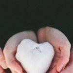 عکس قلب برفی عاشقانه در دست