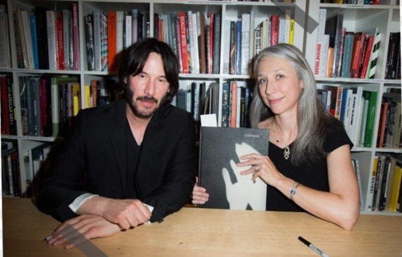 عکس از کیانو ریوز و دوست دخترش در حال رونمایی از کتاب کیانو ریوز