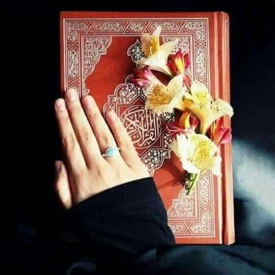 عکس قرآن و گل در دست