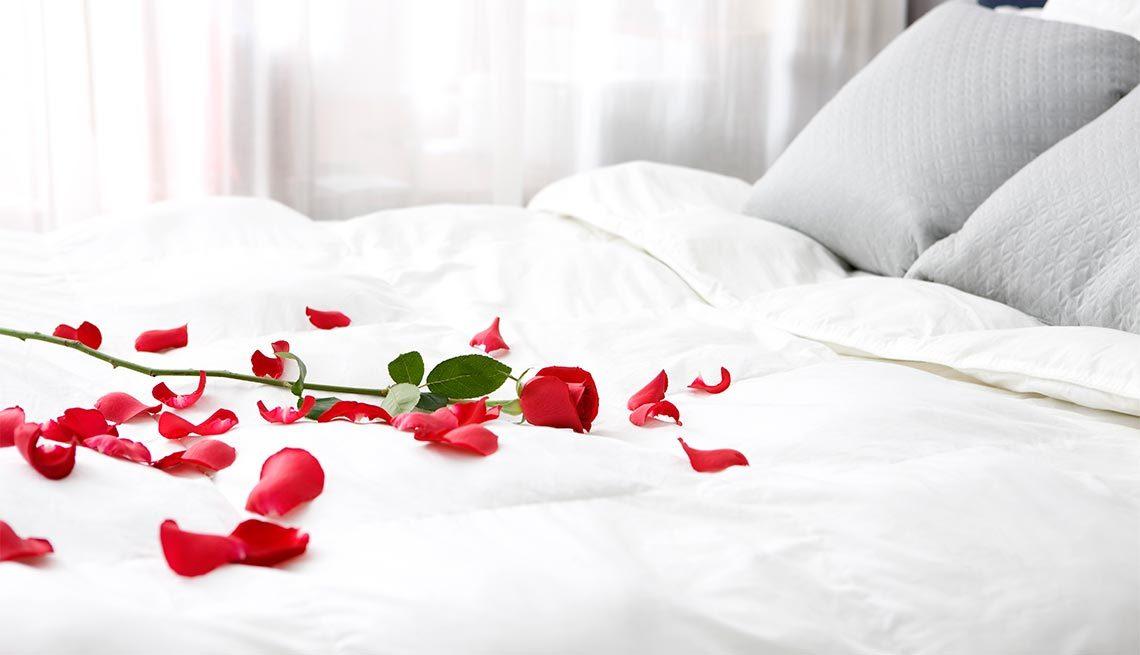 عکس قلب و گل بر روی تخت
