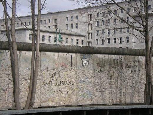 یکی از وقایع مهم تاریخ جهان فرو پاشی دیوار برلین است