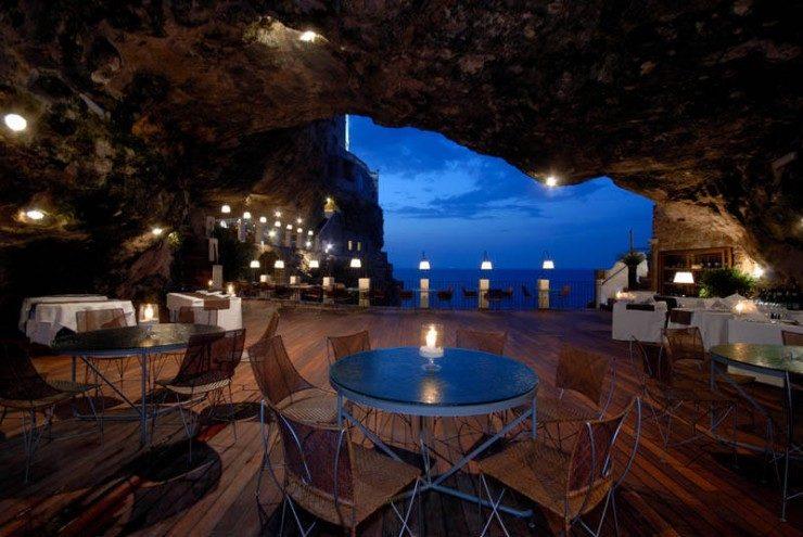رستوران زیبا گروتا پالاززی در ایتالیا (Polignano a Mare )
