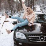 ژست عکس در برف روی کاپوت ماشین