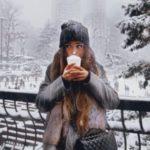 ژست عکس توی برف با لیوان چای