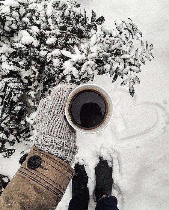 ژست عکس در برف با فنجون چایی