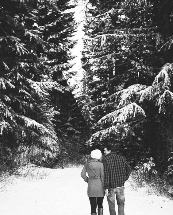 ژست عکس دو نفره در هوای برفی