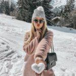 ژست عکس در برف با قلب برفی