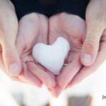 عکس قلب برفی در دست دو نفر عاشقانه