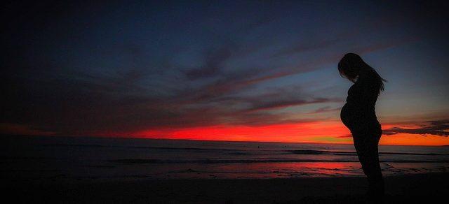زیباترین ژست عکس بارداری تکی در ساحل