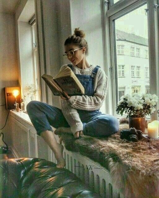 ژست عکس هنگام درس خواندن