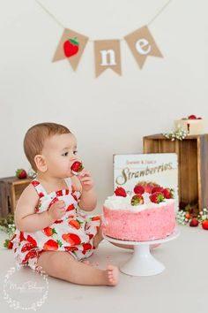ژست خوشگل عکس کودک با کیک تولد