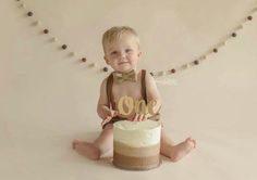 ژست خاص و تک عکس کودک با کیک تولد