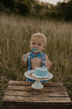 ژست بامزه عکس کودک با کیک تولد