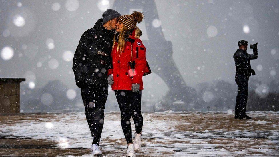 عکس برف در شب عاشقانه برای پروفایل