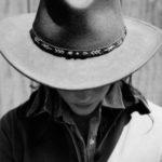 عکس دختر با کلاه سیاه سفید