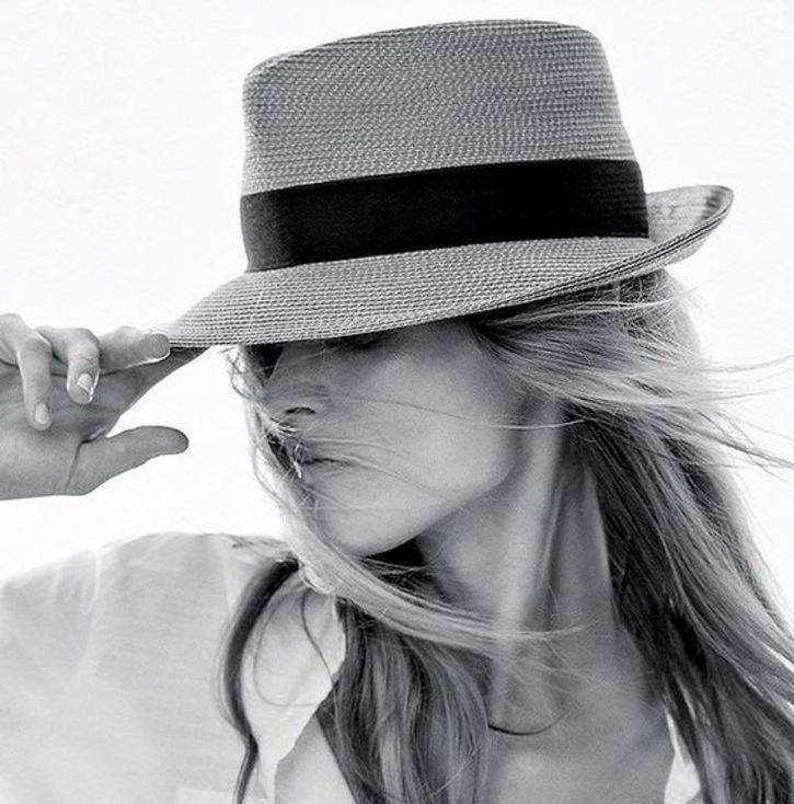 عکس سیاه سفید زن با کلاه