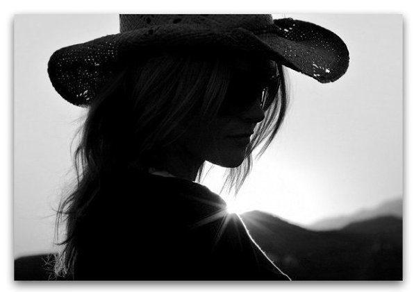 عکس سیاه و سفید دختر با کلاه