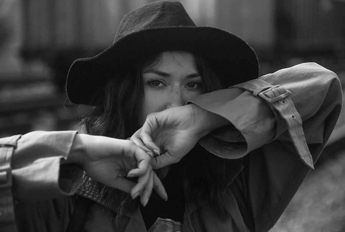 عکس دختر که کلاه سرش باشه سیاه سفید