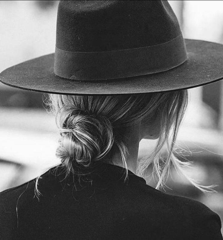 عکس سیاه و سفید زن با کلاه