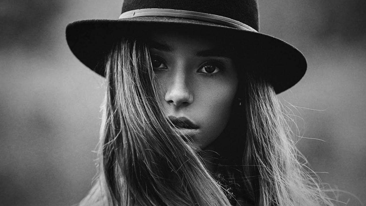عکس سیاه سفید دخترونه با کلاه