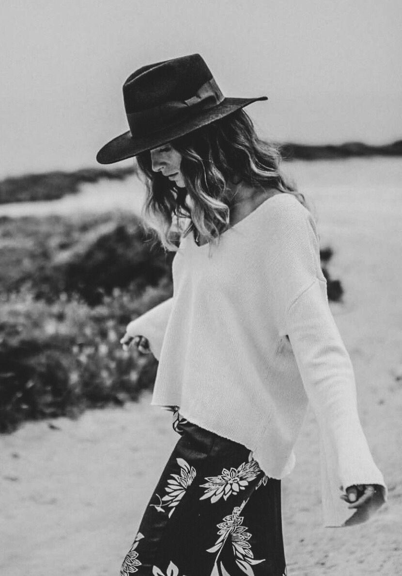 عکس سیاه سفید دختر کلاه دار