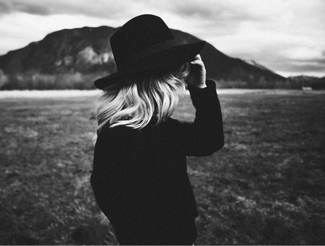 عکس دختر کلاه به سر سیاه سفید