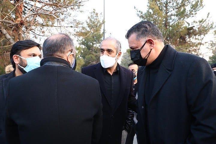 عکس رضا ایرانمنش در مراسم خاکسپاری علی انصاریان