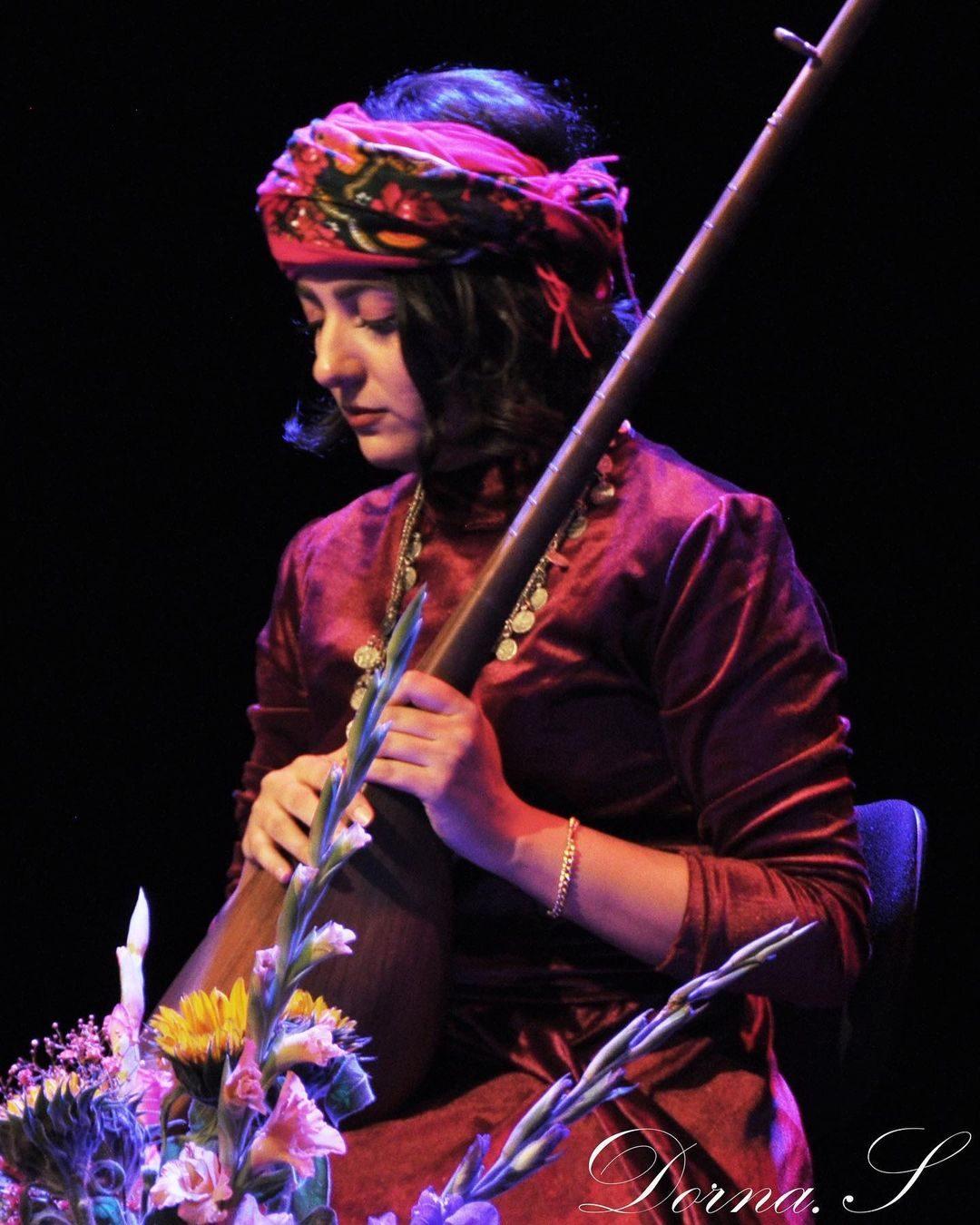 عکس یلدا عباسی در حال نوازندگی
