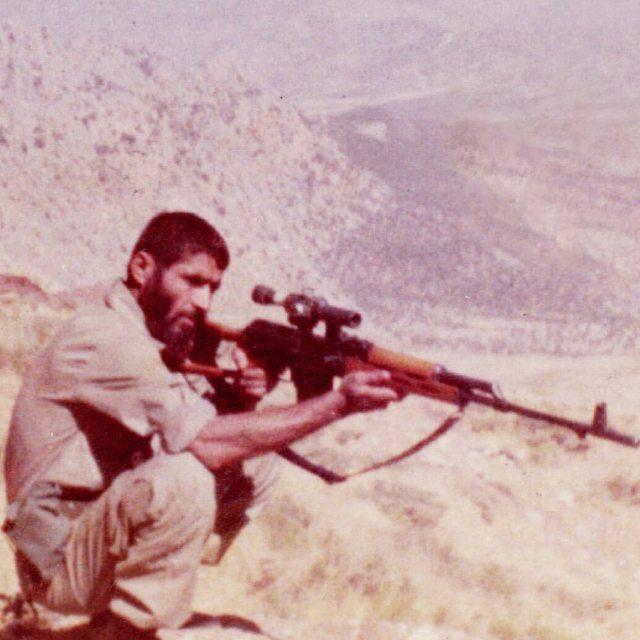 عکس رسول زرین در جبهه در حال تیراندازی
